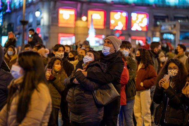 La gente observa el alumbrado navideño en la Puerta del Sol, Madrid, el pasado 26 de