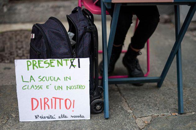 Eva, 13 anni, è stata sospesa da scuola: studiava in strada per protestare contro la