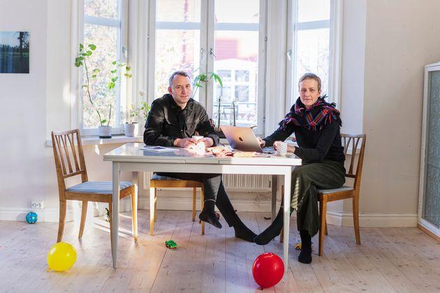 Anja et Tomas Örn, tous les deux artistes, se détendent dans leur salon. Ils vivent à Svartöstaden et,...