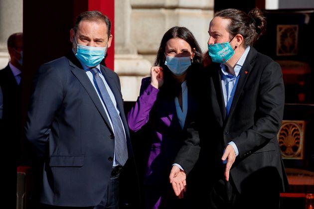 De izquierda a derecha, el ministro de Transportes, José Luis Ábalos, la ministra de Igualdad,...