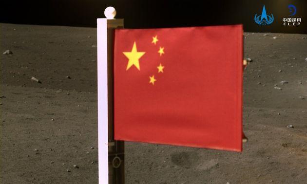 I cinesi si prendono la Luna. Issata bandiera super tecnologica