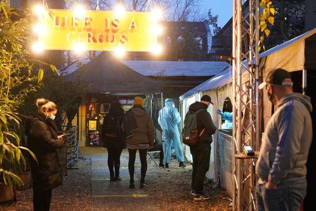 Το κλαμπ φετιχιστών στο Βερολίνο που μετατρέπεται σε διαγνωστικό κέντρο για τον