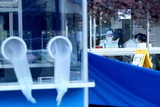 서울 동대문구 보건소 선별진료소에서 시민들이 코로나19 진단 검사를 받기 위해 대기하고 있다. 2020년