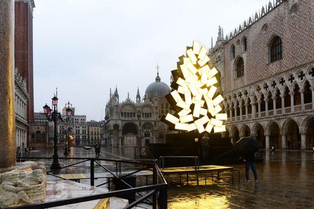 Βενετία: Χριστουγεννιάτικο δέντρο με οθόνες που εκπέμπουν χρυσό
