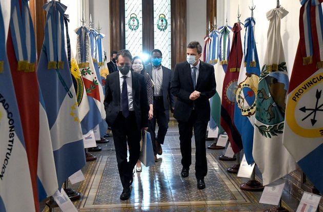 Le chef de la Chambre des députés argentine, Sergio Massa (droite), et Luis Cubeddu (gauche),...