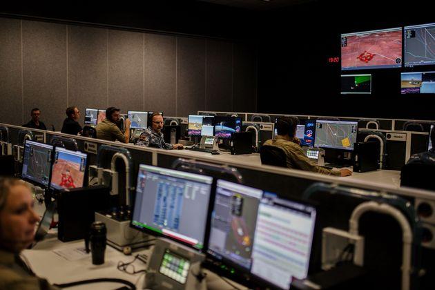 JAXAに協力するオーストラリア空軍のオペレーションシステム。空軍は、高速で落ちてくるカプセルを追跡し、宇宙航空研究開発機構(JAXA)の現地チームと情報を共有する=2020年12月4日、オーストラリア・ウーメラ