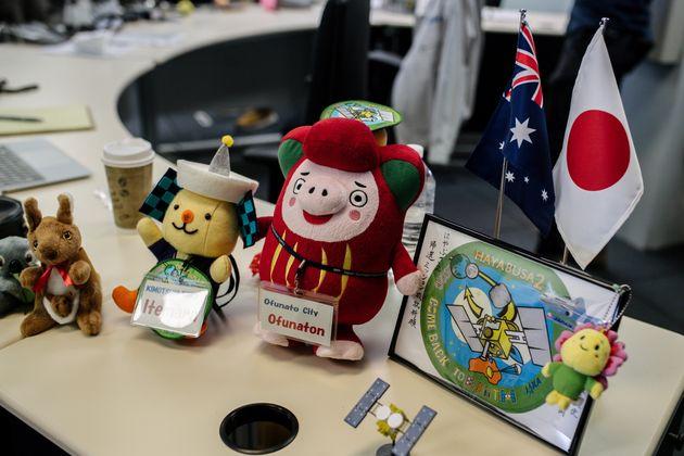 オペレーションセンター内に飾られたマスコット=2020年12月4日、オーストラリア・ウーメラ