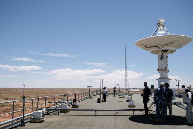 「はやぶさ2」のカプセルの回収拠点の建物屋上。約200キロ先にカプセルが着地する予定だ。周辺はオーストラリア国防省が管理する「ウーメラ立ち入り制限区域」。区域は、日本の国土の約3分の1、12万2千平方キロにもなる広大な平地だ=2020年12月4日、オーストラリア・ウーメラ