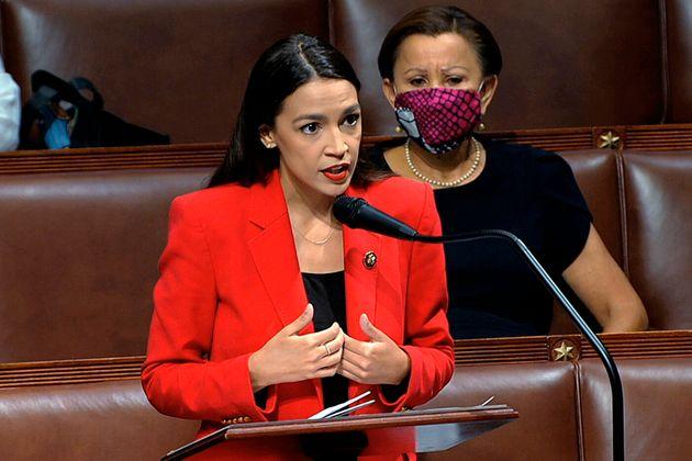 女性を侮蔑する発言をしたとみられる同僚議員に反論するオカシオ=コルテス氏