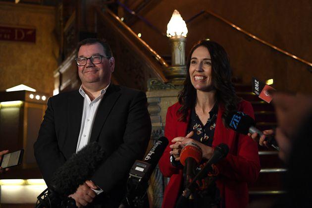アーダーン首相(右)と、副首相のグラント・ロバートソン氏