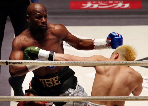 Floyd Mayweather face au champion de kickboxing japonais Tenshin Nasukawa, le 31 décembre 2018...