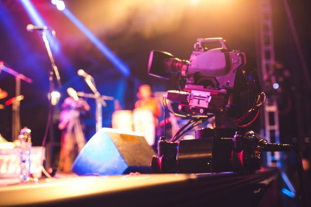 Τριάντα τραγουδιστές στην μεγαλύτερη διαδικτυακή συναυλία του