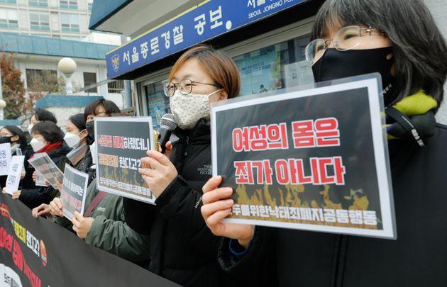 나영 모두를 위한 낙태죄 폐지 공동행동(모낙폐) 공동집행위원장이 2일 오후 서울 종로경찰서 앞에서 발언하고