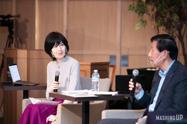 左から、ファシリテーターを務めた小島慶子さん(エッセイスト、タレント)と、安渕聖司さん(アクサ生命保険株式会社代表取締役社長兼CEO)