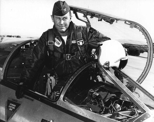Le pilote américain Chuck Yeager en 1962, à la base aérienne