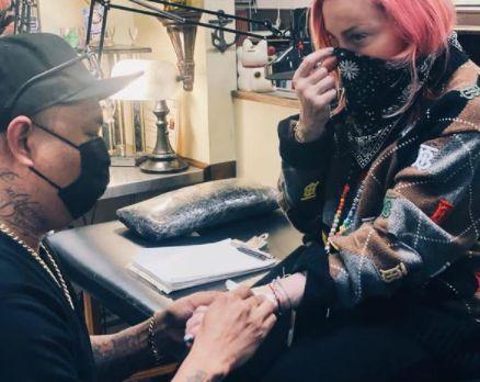 Madonna se fait tatouer pour la première fois à 62