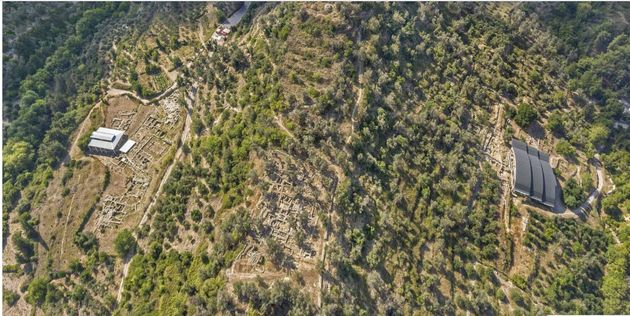 Η πανεπιστημιακή ανασκαφή στον λόφο του Πρινέ. Διακρίνονται ο Τομέας Ι Ανατολικός (ελληνορρωμαϊκή πόλη),...