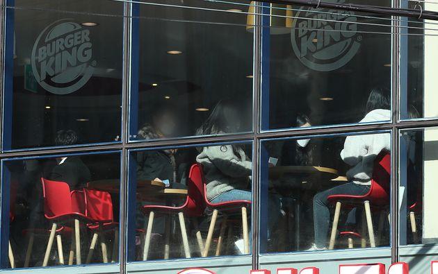 카페가 문을 닫자 패스트푸드점에 사람들이 몰리고