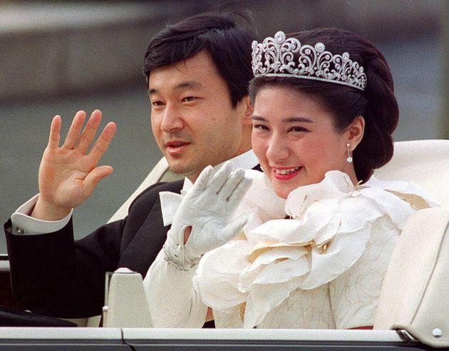 結婚の儀のあと、パレードに臨む天皇、皇后両陛下=1993年6月9日