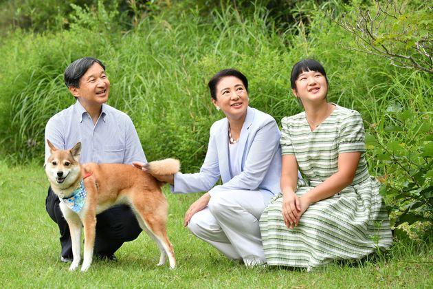 愛犬の由莉(ゆり)とともに、那須御用邸の敷地内を散策される天皇、皇后両陛下と長女愛子さま=2019年08月19日