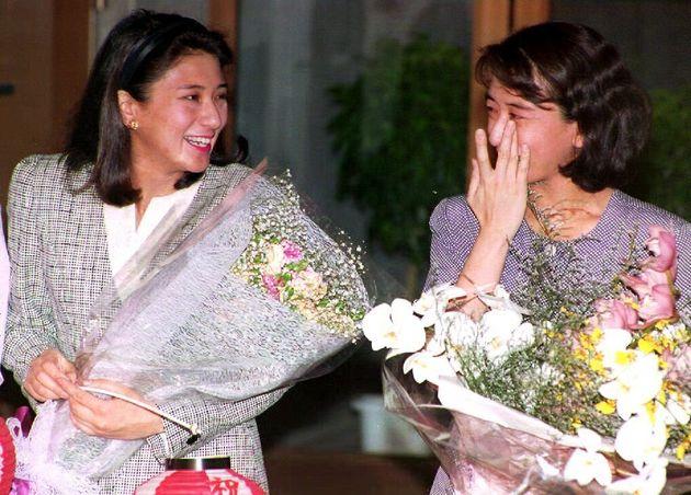結婚を祝って近所の人が集まり、涙を流す妹(右)と小和田雅子さん(当時)