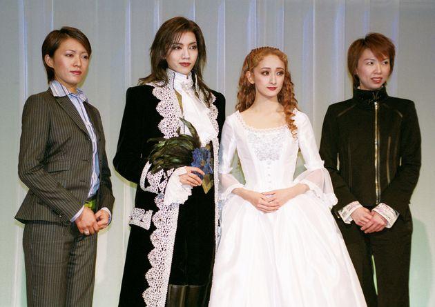 宝塚歌劇の代表作『ファントム』の初演でヒロインを務めたのも花總さんだった。(左から)安蘭けいさん、和央ようかさん、花總まりさん、樹里咲穂さん=2004年2月、都内ホテルでの制作発表