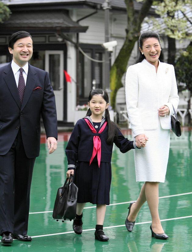 笑顔で学習院初等科の入学式会場に向かう天皇、皇后両陛下と愛子さま=2008年04月10日
