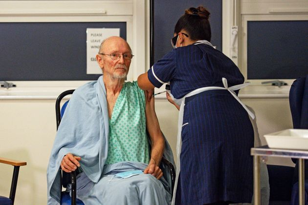 영국에서 두 번째로 화이자의 코로나19 백신을 맞은 사람은 놀랍게도 '윌리엄 셰익스피어'라는 이름을 가진 81세의 할아버지였다. 코벤트리, 영국. 2020년