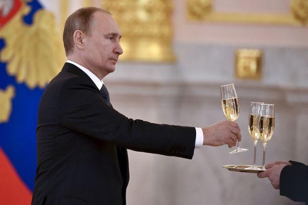 Vladimir Putin, cogiendo una copa de champán en un acto en el Kremlin el 20 de abril de 2016 (REUTERS/Kirill
