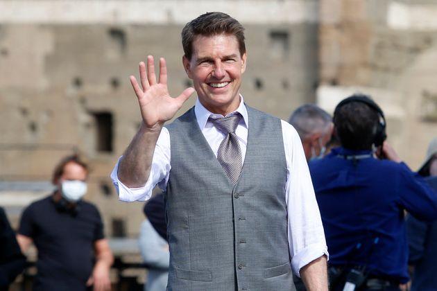 ファンに手を振るトム・クルーズさん=2020年10月12日、イタリア・ローマ