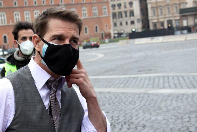 映画の撮影の途中、ファンと交流するトム・クルーズさん。よく見ると、黒いマスクの下にもう1枚マスクが=2020年11月29日、イタリア・ベネチア