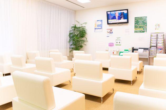 病院内の待合室はソーシャルディスタンスが保たれている