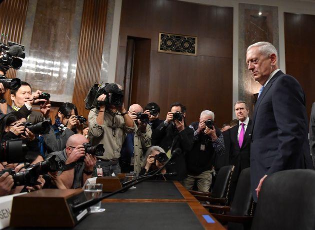 (자료사진) 2017년 1월12일 - 트럼프 정부 초대 국방장관 후보자로 지명된 제임스 매티스가 상원 군사위원회 청문회에 출석하고