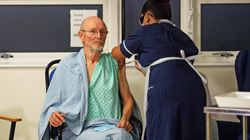 Un experto, extrañado por un detalle de esta foto: es la segunda persona vacunada en Reino