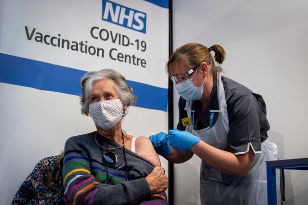 Dr Doreen Brown, de 85 años, recibiendo la vacuna de Pfizer este martes en Londres (Victoria Jones/Pool...