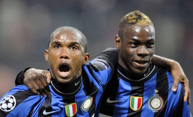 Samuel Eto'o et Mario Balotelli, ensemble sous le maillot de l'Inter Milan en décembre 2009, ont...