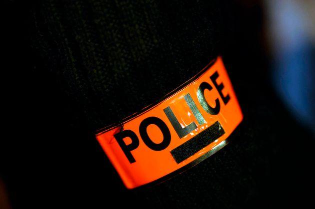 Image d'un brassard de police le 8 décembre 2020 à