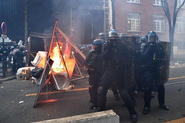 Des forces de l'ordre lors de la manifestation contre le projet de loi sécurité globale,...