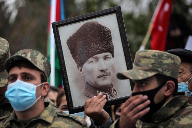 Αζέροι στρατιώτες κρατούν...
