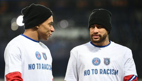 Banderoles et T-shirts contre le racisme avant la fin du match