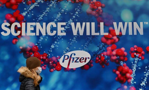 Devant le siège de Pfizer Inc., à New York aux États-Unis, le 9 décembre