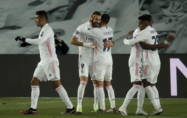 El Real Madrid se salva del desastre: gana al Mönchengladbach 2-0 y pasa a