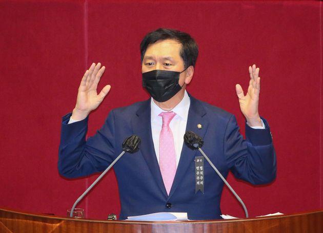 김기현 국민의힘 의원이 9일 밤 서울 여의도 국회에서 열린 본회의에서 공수처(고위공직자범죄수사처)법 개정안에 대한 무제한 토론(필리버스터)을 하고