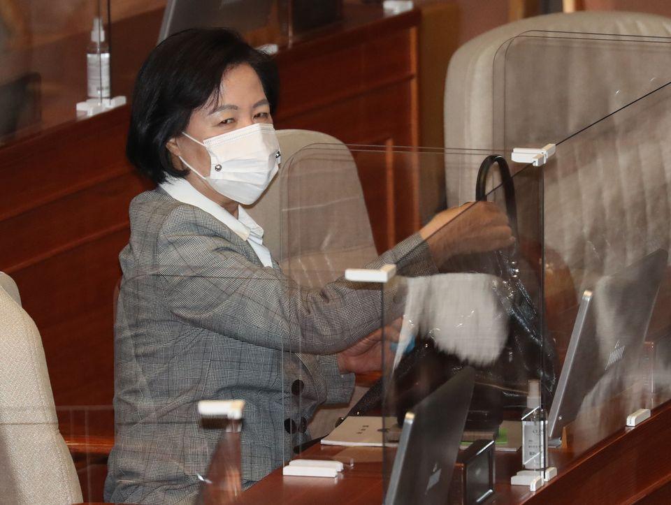 국회 본회의장에 착석한 추미애 법무부 장관.