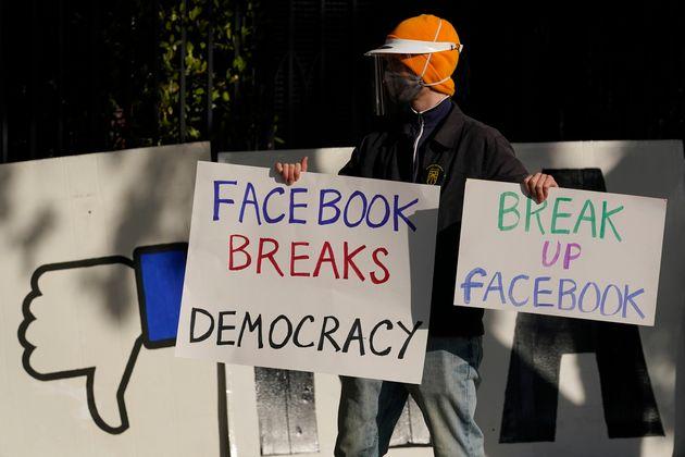 (자료사진) 2020년 11월21일 - '허위정보 유통을 방치한다'며 페이스북 CEO 마크 저커버그 자택 앞에서 시위에 나선
