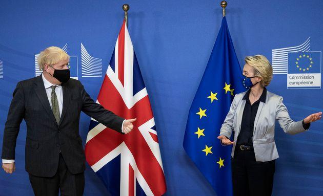 El Primer Ministro Boris Johnson y la presidenta de la Comisión Europea, Ursula Von der Leyen,...