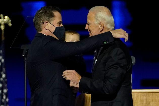 Joe Biden abraza a su hijo Hunter, tras confirmarse su victoria en las elecciones, el 7 de noviembre...