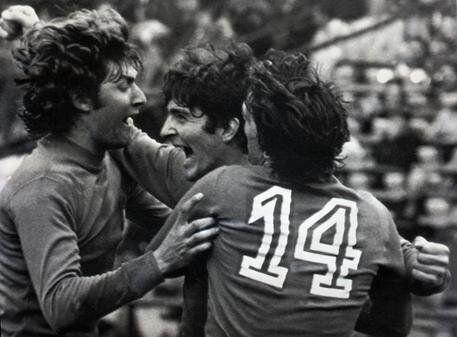 Marco Tardelli (di spalle) abbraccia Paolo Rossi e Giancarlo Antognoni durante l'incontro Italia-Francia giocato a Mar del Plata (Argentina) durante i Mondiali del 1978.  ANSA