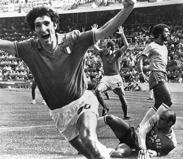 Imagen de archivo del Mundial 82 en la que Paolo Rossi celebra el haber marcado el segundo gol para Italia...
