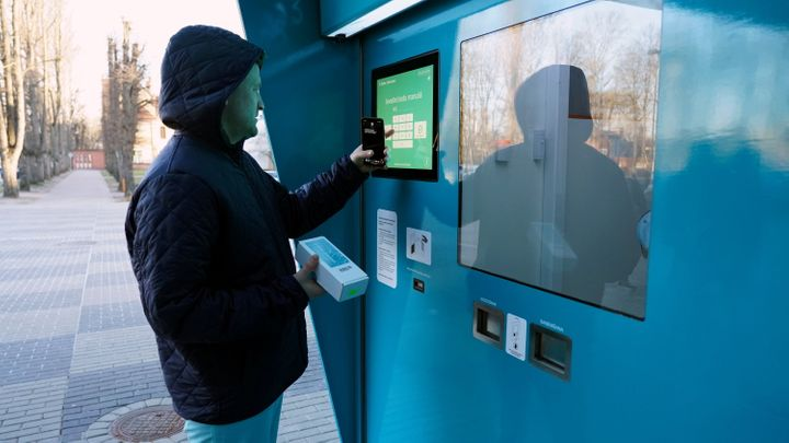 A vending machine that issues coronavirus tests and stores the samples has been installed in a Latvian hospital.
